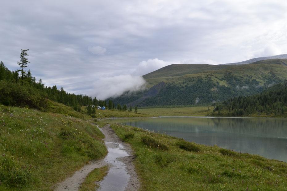 Озеро Ак-Кем и бочки МЧС