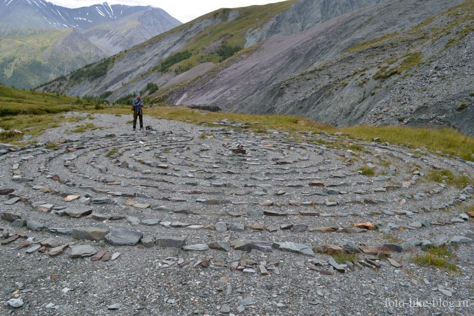 Лабиринт из камней в долине Ярлу
