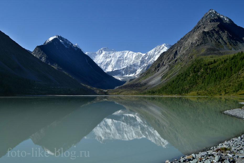 Зеркальное отражение Белухи в озере Ак-Кем